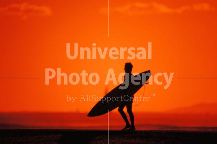 ハワイ オアフ アラモアナビーチパークの夕景 サーフボードを持つロコ / ha03-14