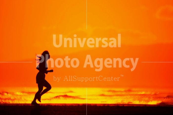ハワイ オアフ アラモアナビーチパークの夕景 走る女性 / ha03-15