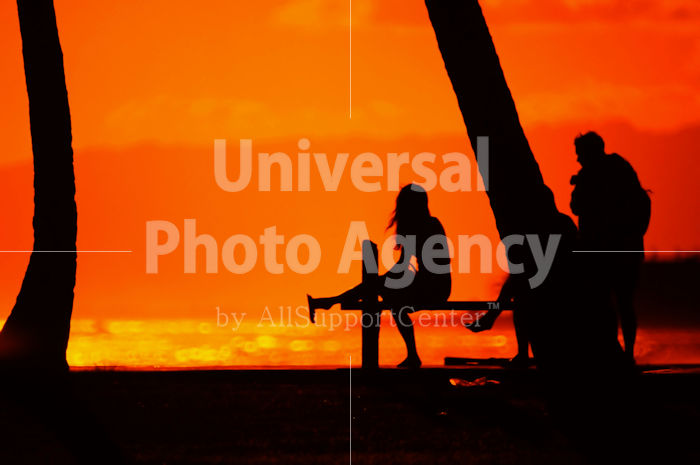 ハワイ オアフ アラモアナビーチパークの夕陽 シルエット / ha03-40