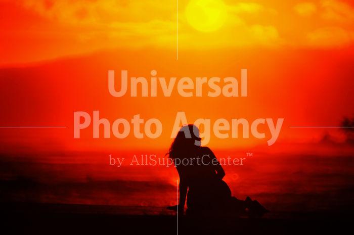 ハワイ オアフ アラモアナビーチパークの夕陽 女性シルエット / ha03-41