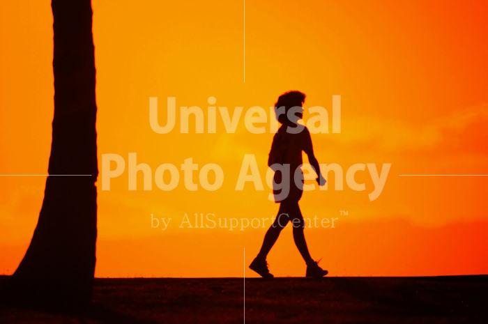 ハワイ オアフ アラモアナビーチパークの夕陽 子供シルエット / ha03-42