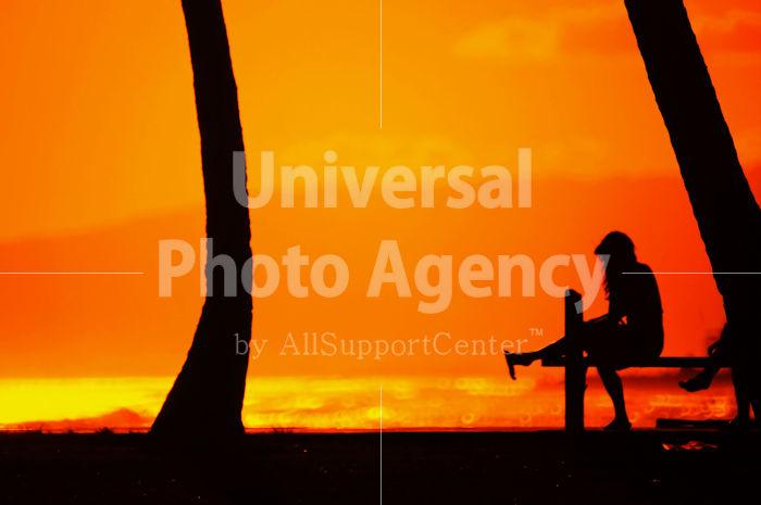 ハワイ オアフ アラモアナビーチパークの夕陽 人のシルエット / ha03-43