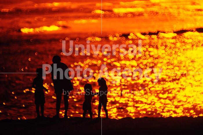 ハワイ オアフ アラモアナビーチパークの夕景 親子のシルエット / ha03-49