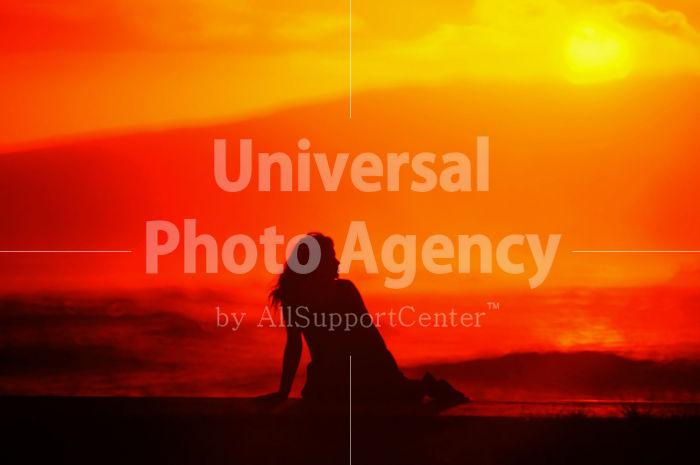 ハワイ オアフ アラモアナビーチパークの夕景 女性のシルエット / ha03-50