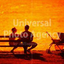 ハワイ オアフ アラモアナビーチパークの夕景 親子のシルエット / ha03-51