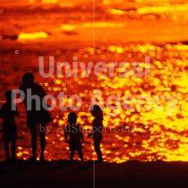 ハワイ オアフ アラモアナビーチパークの夕景 親子のシルエット / ha03-52