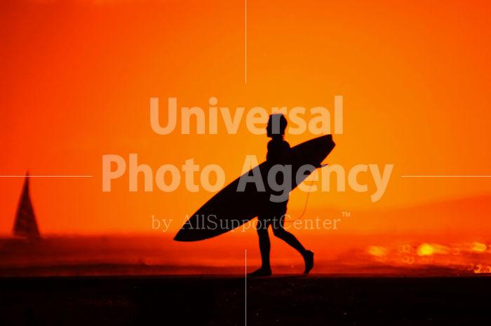 ハワイ オアフ アラモアナビーチパークの夕景 サーフボードを持つロコ / ha03-63