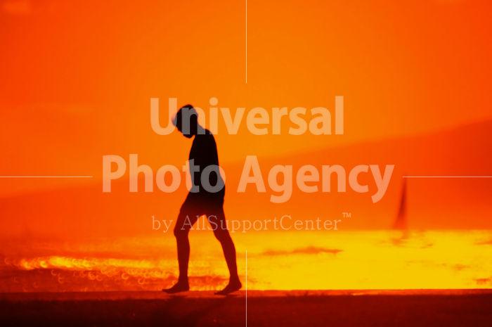 ハワイ オアフ アラモアナビーチパークの夕景 人のシルエット / ha03-64