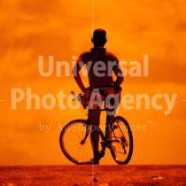 ハワイ オアフ アラモアナビーチパーク夕景 自転車の若者のシルエット / ha03-66
