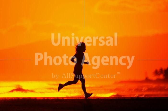 ハワイ オアフ アラモアナビーチパーク夕景 走っている女性のシルエット / ha03-68