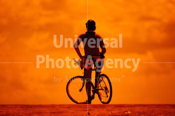 ハワイ オアフ アラモアナビーチパーク夕景 自転車の若者のシルエット / ha03-69