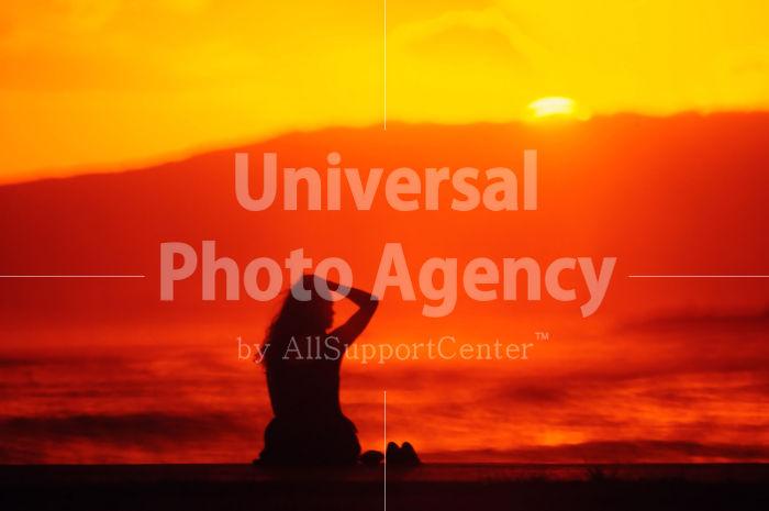 ハワイ オアフ アラモアナビーチパーク夕景 女性のシルエット / ha03-71