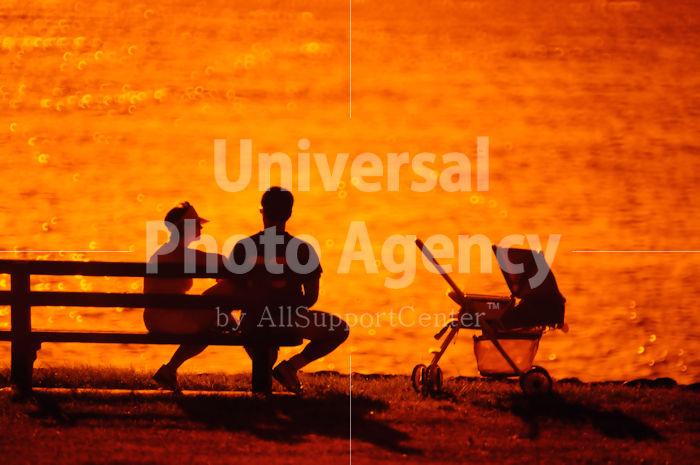 ハワイ オアフ アラモアナビーチパーク夕景 夫婦のシルエット / ha03-73