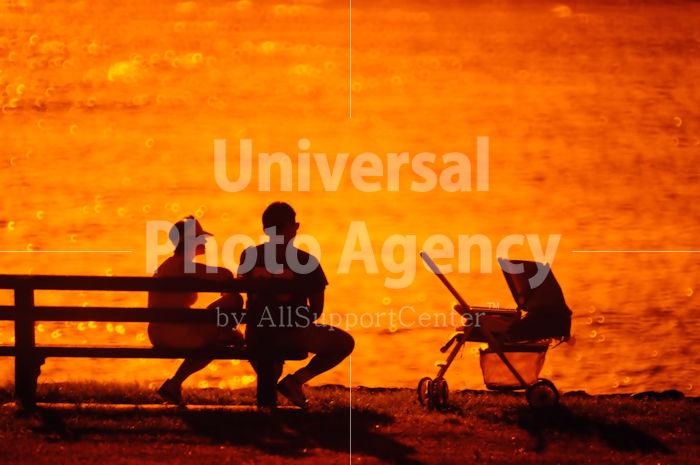 ハワイ オアフ アラモアナビーチパーク夕景 夫婦のシルエット / ha03-76