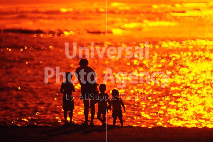 ハワイ オアフ アラモアナビーチパーク夕景 親子のシルエット / ha03-78