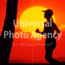 ハワイ 夕日とランニングする女性 / hi01-10