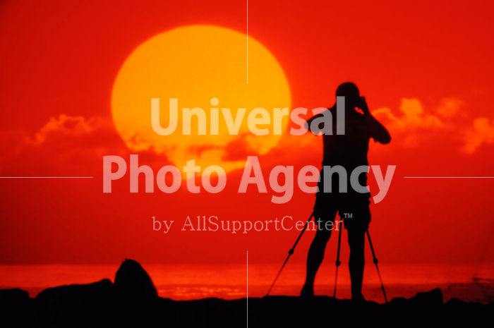 ハワイ 夕日を撮る男性 / hi01-11