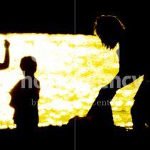 ハワイ 海から帰る親子 / hi01-3