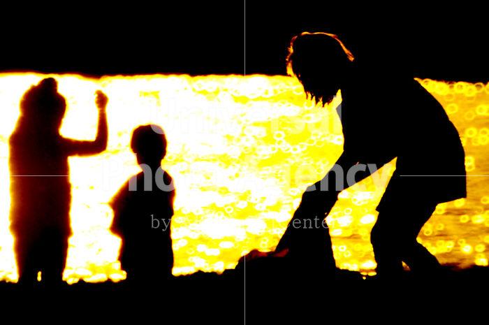 ハワイ 海から帰る親子 / hi01-4