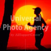 ハワイ 夕日とランニングする女性 / hi01-8
